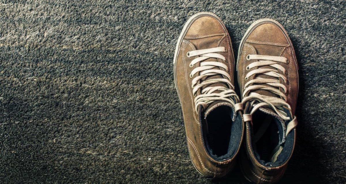 """Caminar descalzo al aire libre """"absorbe electrones"""" óptimos para la salud"""